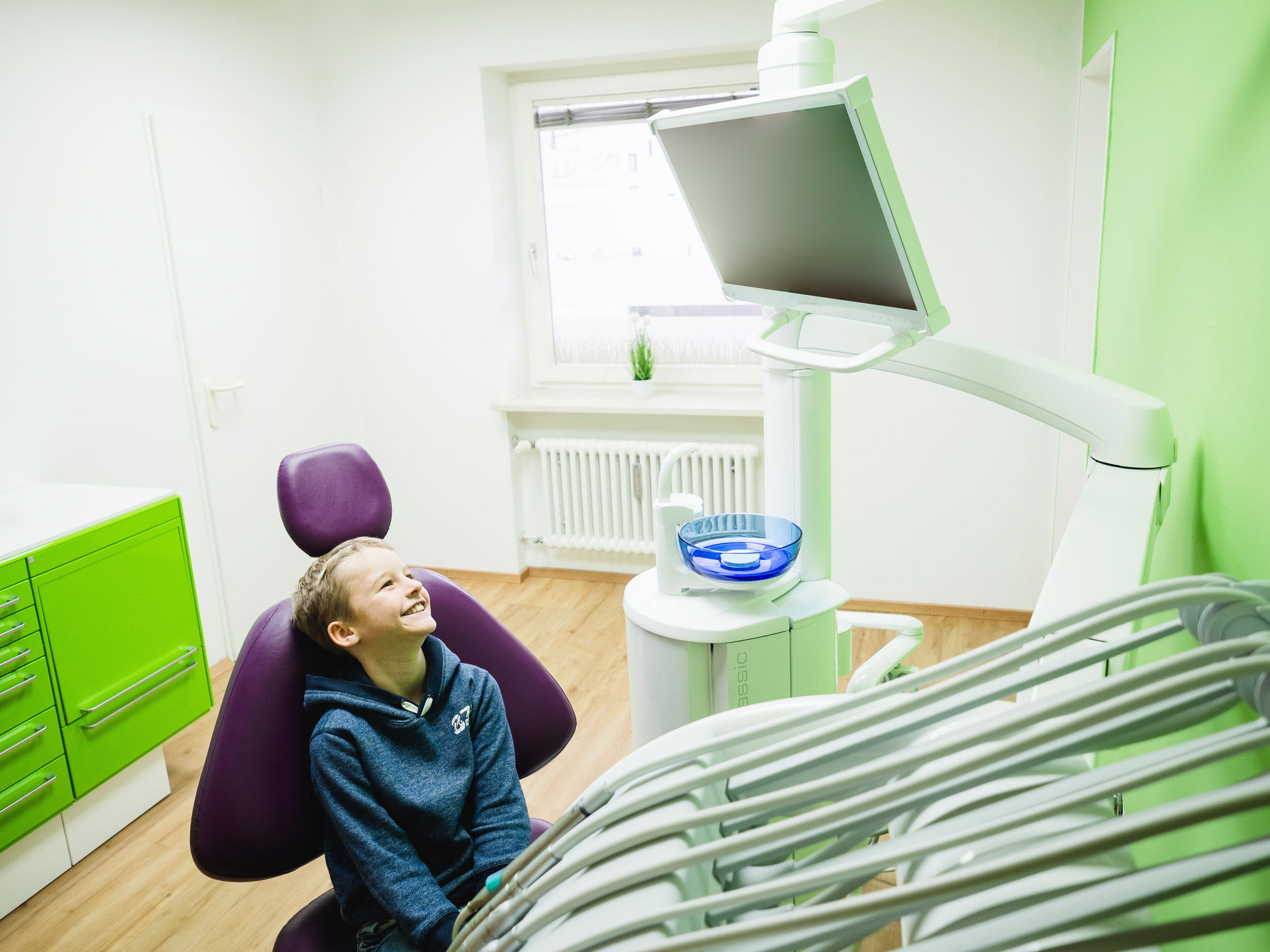 Kind auf Behandlungsstuhl